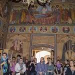 Membrii Asociației ascultând ghidul mănăstirii.